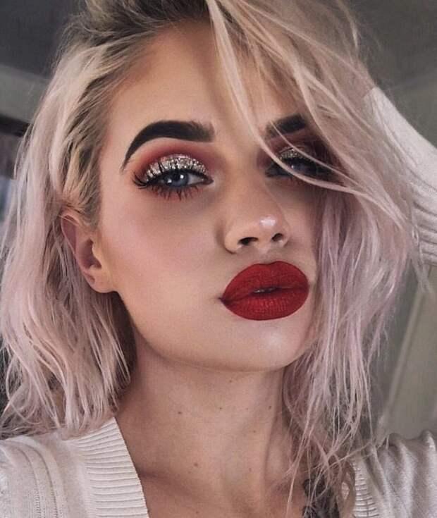 блондинка с ярким макияжем