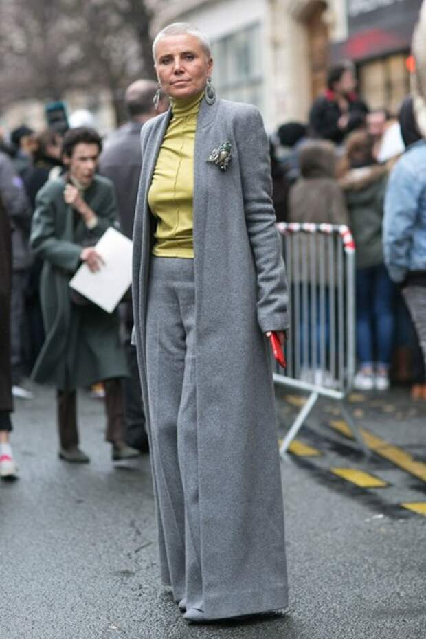 длинное пальто и крупные аксессуары в луке