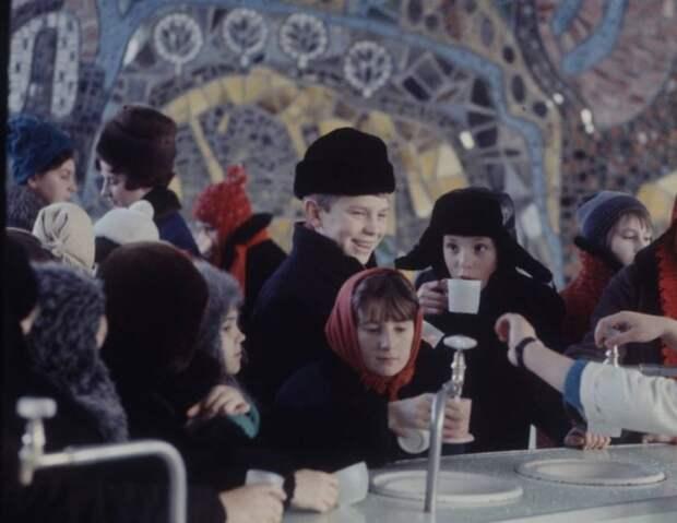Дети пьют лечебную минеральную воду, привезенную врачами. Москва, 1970-е годы.