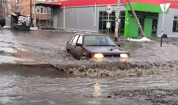 В Краснодаре талая вода залила улицы и дороги