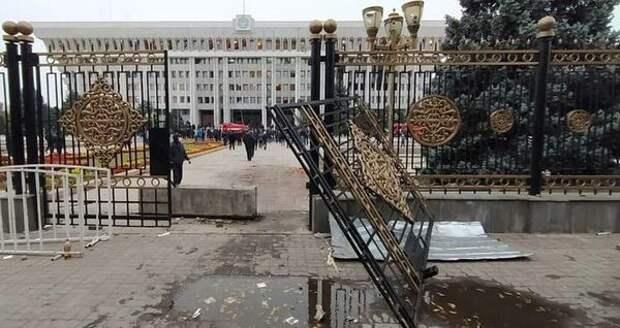 Парламент Киргизии то собирается объявить импичмент президенту, то утверждает его указы о ЧП
