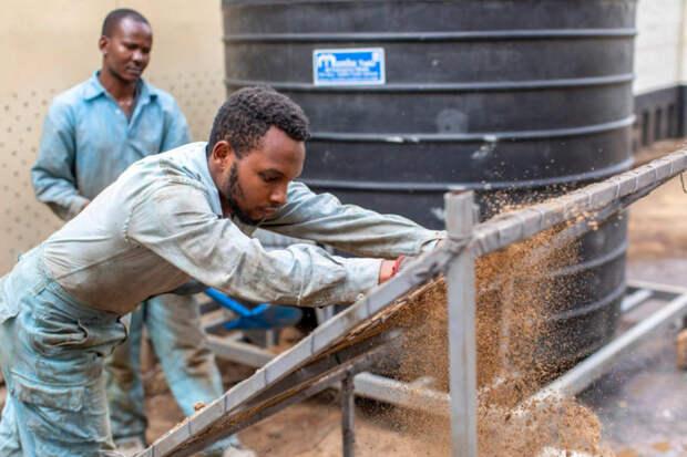 Женщина из Кении нашла способ, как полезно переработать пластиковые отходы