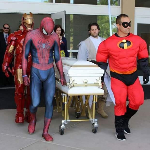 Многие дети, с которыми он дружит, не могут побороть недуги болезнь, герой, история, костюм, мужчина, помощь, ребенок, человек паук