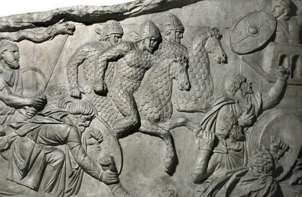 Тацит писал, что сарматы не только сами с головы до ног покрыты чешуйчатым доспехом, но также защищают им своих коней. Кажется, художник понял его слова слишком буквально - Колонна Траяна   Warspot.ru
