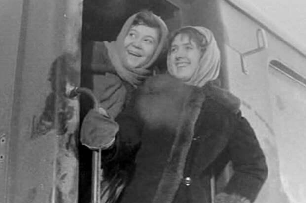 Галина Стаханова (слева) в фильме «Девчата», 1961 г.