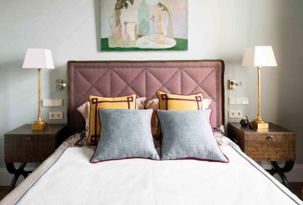 Розетки в спальне стоит располагать по обе стороны от кровати / Фото: pix-feed.com