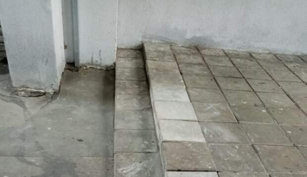 Во дворе на Волгоградском проспекте укрепили лестницу в междомовой арке