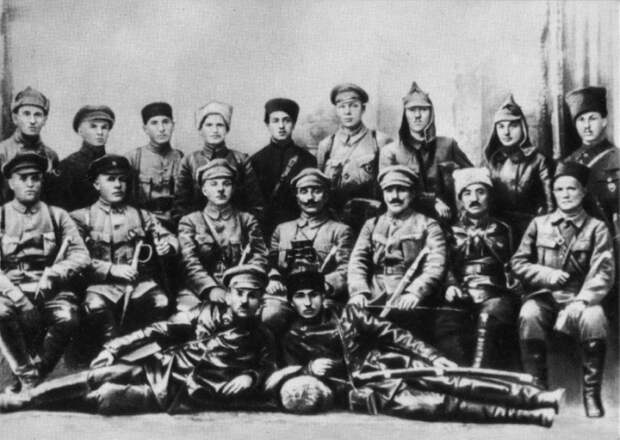 К. Е. Ворошилов и С. М. Буденный с командирами и политработниками Первой Конной армии. Майкоп, 1920 год.