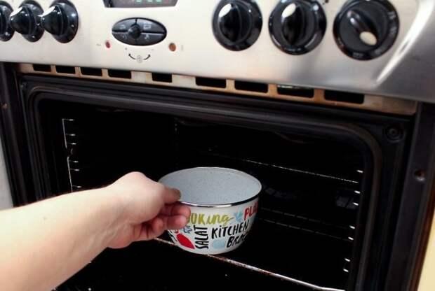 Раствор в эмалированной посуде необходимо поместить в духовку на 40-45 минут / Фото: picgalleria.com