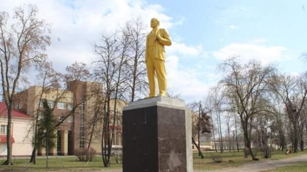 Памятник Ленину в Пензе стал золотым после реставрации