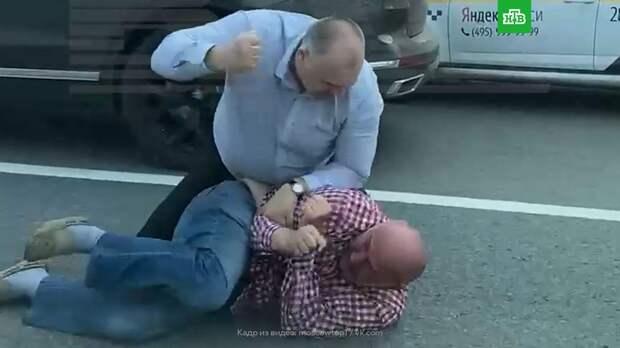 Водитель популярного юмориста подрался с таксистом в Москве