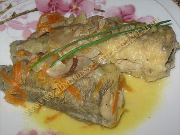 Рыба, тушенная с овощами в сметане с грибами