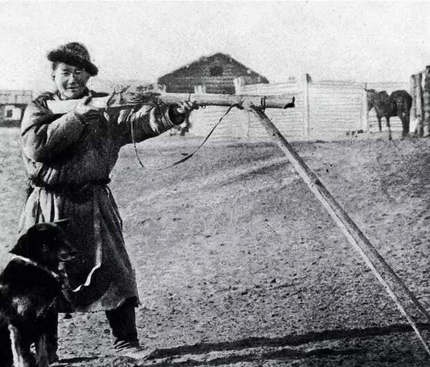 Охотник-бурят с кремнёвым ружьём на сошках. Такие сошки, привязанные к ружью, встречаются довольно часто на фотографиях того времени.