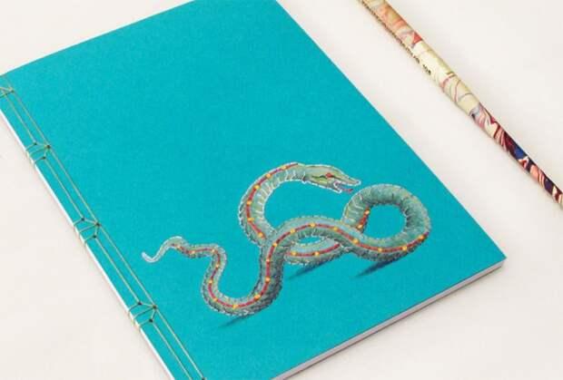 совмещает старинные научные и медицинские иллюстрации, напечатанные на японской бумаге и дополненные вышивкой.