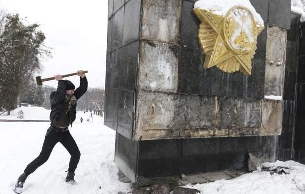 Защитить наши памятники: России пора переходить в наступление