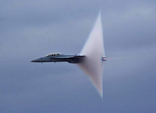 Истребитель преодолевает звуковой барьер