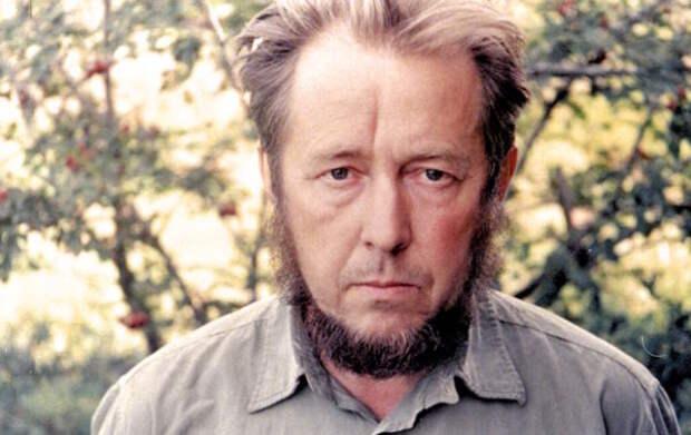Откуда взялись слухи о том, что Александр Солженицын призывал США сбросить на СССР атомную бомбу