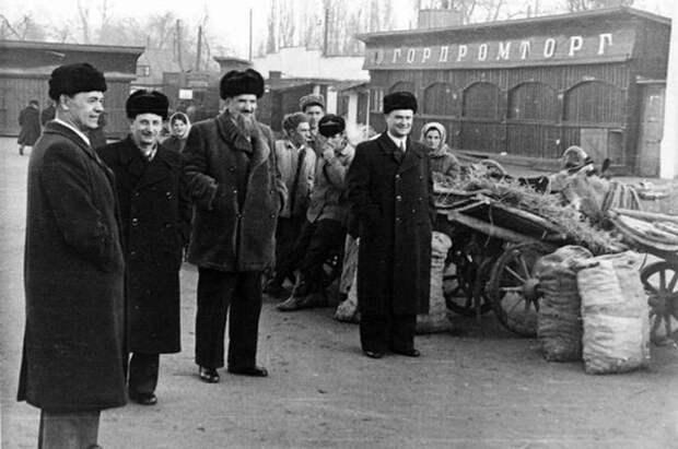 М. Г. Первухин (председатель Госкомиссии на испытаниях), Ю. Б. Ха-ритон, И. В. Курчатов и П. М. Зернов (директор КБ № 11) на колхозномрынке, 1949 г.