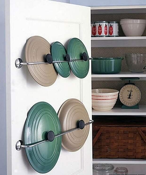 Интересный вариант для хранения крышек на кухне, то что позволит оптимизировать пространство.
