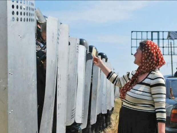 Феодосия, 2011. Защитники Поклонного креста С иконой против ОМОНа. Сегодня эта женщина лишена пенсии