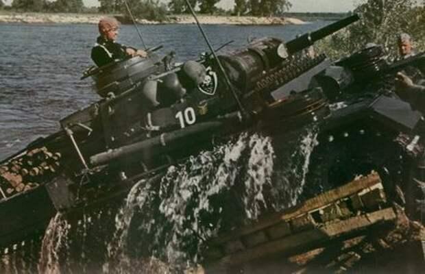 Немецкий танк Т-3 форсирует Буг []