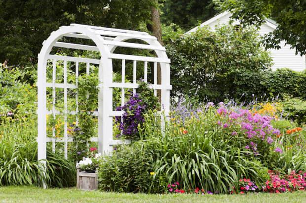 Отдельно стоящая арка из дерева для создания необычного и яркого акцента на дачном участке.