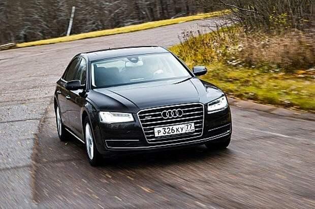Audi не тушуется даже на разбитых дорогах, успешно оберегая пассажиров от тряски, однако до мерседесовской плавности хода недотягивает. Управляемость надежная, но не более того.