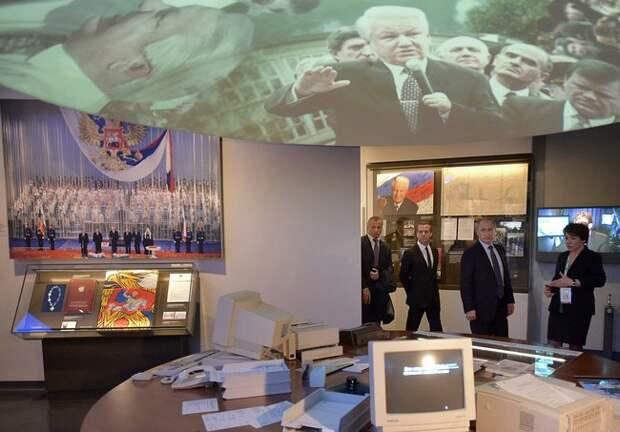 Владимир Путин, Дмитрий Медведев иТатьяна Юмашева в«Ельцин-центре». 25ноября 2015 года