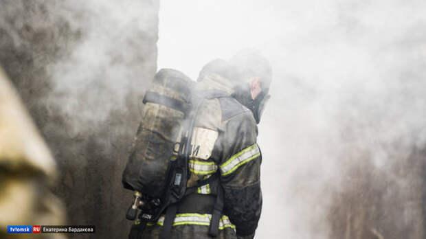 Пожарные спасли троих человек из горящего дома в городе Асино