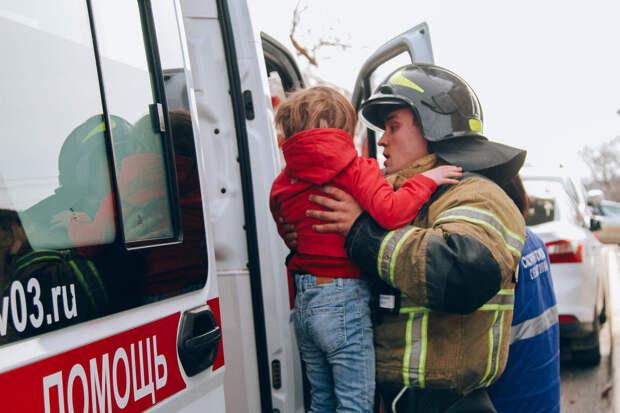 В Севастополе из горящей многоэтажки спасли 9 человек, среди них были дети