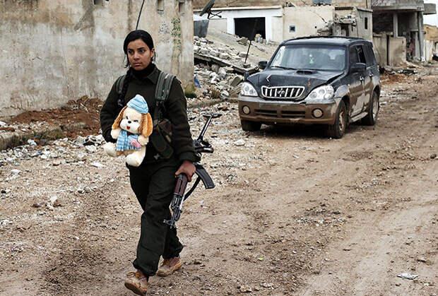 Женщина — участница курдского ополчения