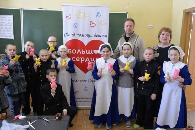 Для 300 детей-сирот собрали подарки в СЗАО