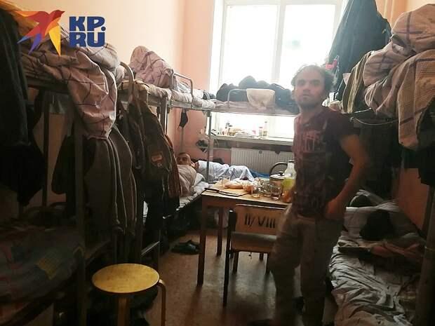 Русские бедняки роются в мусорных баках, пока мигрантам везут бесплатную еду грузовиками