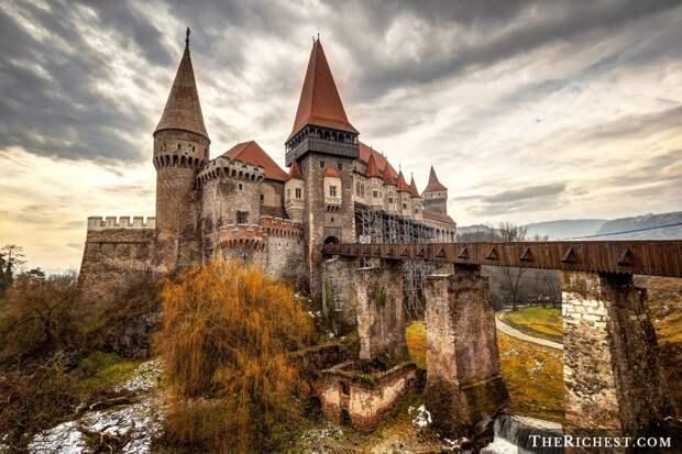 Замок Корвинов на юге Трансильвании в Румынии