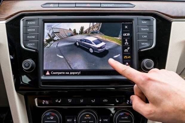 Система кругового обзора создает полную иллюзию изображения с внешней камеры, расположенной где-то над автомобилем.