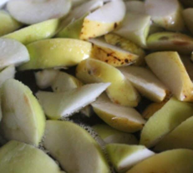 Компот из яблок и облепихи с листом малабарской корицы