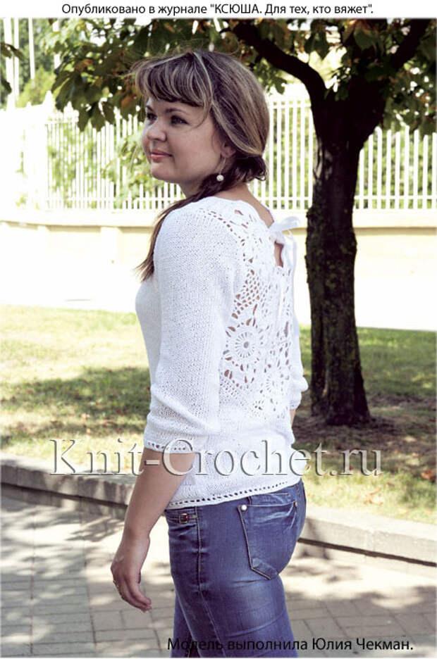 Женский пуловер с ажурной вставкой на спинке.