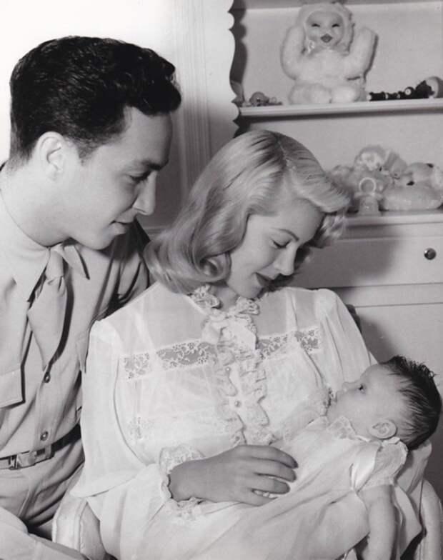 Лана Тёрнер, Стивен Крейн и новорождённая Шерил, 1943 год  (Wikimedia)