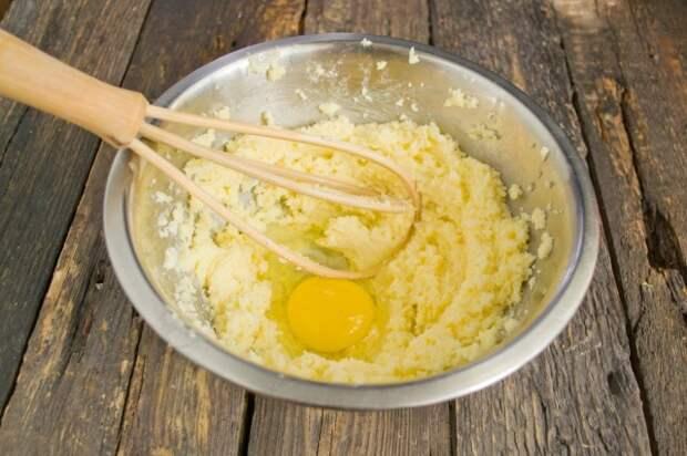 Добавляем яйца по одному, взбиваем до однородности