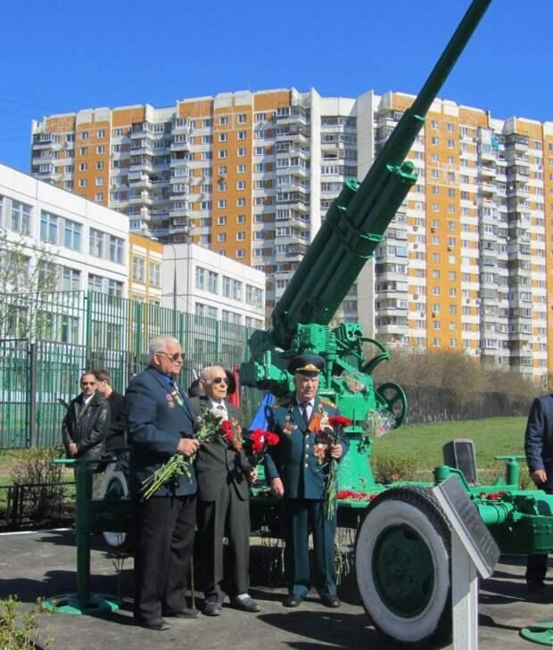 Сотрудники Управления по СЗАО возложили цветы к памятнику Зенитчиков в Северо – западном округе