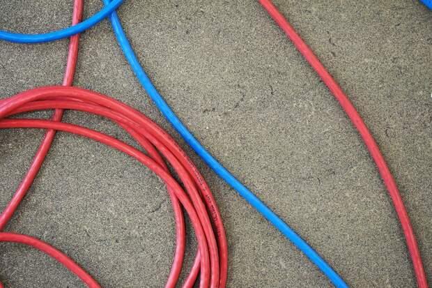 В подъезде дома на Снежной электрики убрали торчащие провода в кабельканалы