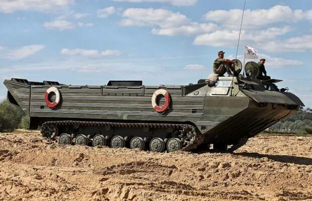 Плавающие транспортеры-амфибии ПТС-2 выпускались еще при СССР, но служат до сих пор.   Фото: ru.wikipedia.org.