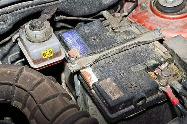 На креплениях аккумуляторной батареи появились следы коррозии.
