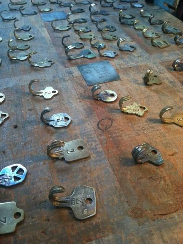 крючки сделанные из старых ключей