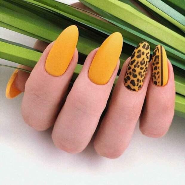 горчичные ногти с леопардовым принтом