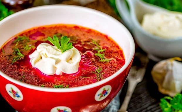 Красный борщ получается даже зимой. Вместе со свеклой в зажарку добавляем томатную пасту