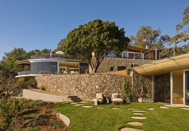 Прибрежный дом из камня и стекла