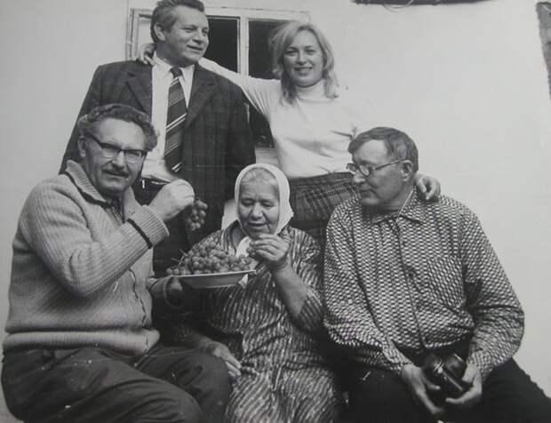 В Полтавской области с родными Клары Лучко. / Фото: www.kp.ua