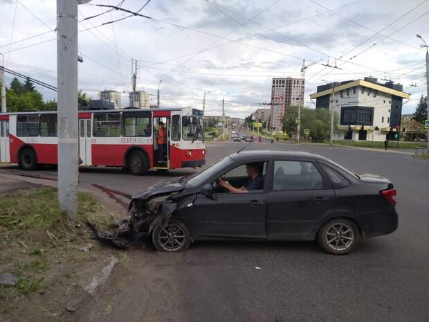 Пытавшийся уехать с места аварии пьяный водитель в Ижевске врезался в столб