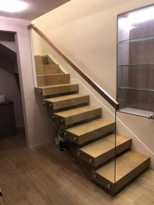 Консольная лестница и стеклянные ограждения второго света в профиле